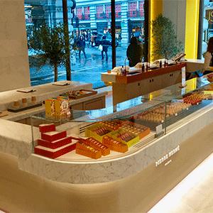 25 mètres de comptoirs très spécifiques en Marbre de Carrare satiné pour Pierre HERMÉ dans sa toute nouvelle boutique de Regent Street à Londres.