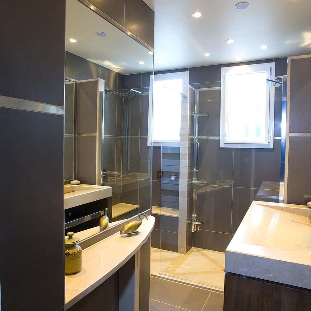 Salle de douche avec Bac à douche et plan de vasque en marbre Cognac doré adouci, sur mesures